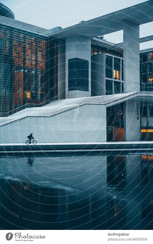 Marie-Elisabeth-Lüders-Haus mit Fahrradfahr*in mit Eisschollen V Reichstag Ruhe Lockdown Kultur Kunst Berlin-Mitte Kongressgebäude Stadtzentrum Bauwerk Gebäude