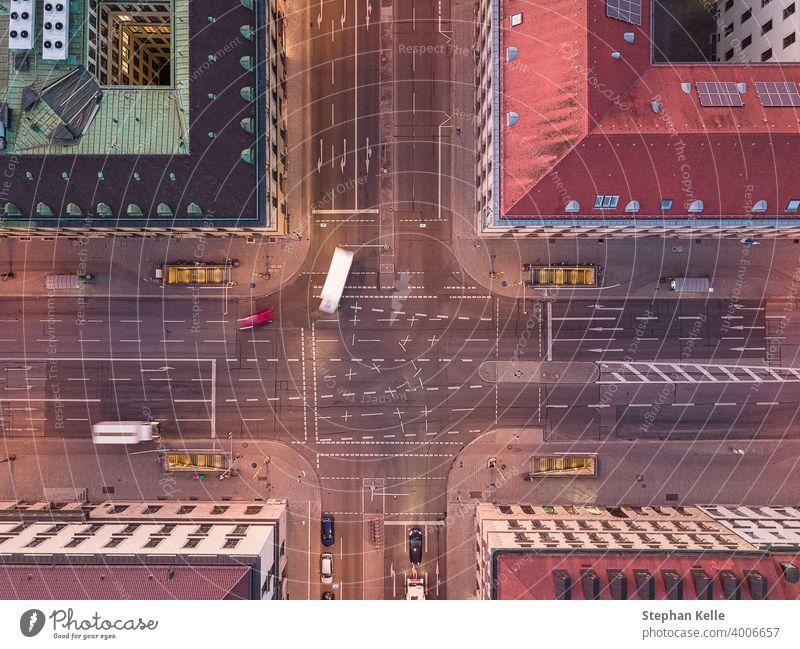Luftaufnahme einer kreuzenden Straße in einer Stadt mit Autokurve aus der Draufsicht auf die Straße zwischen Häusern. Überfahrt von oben nach unten Wegbiegung