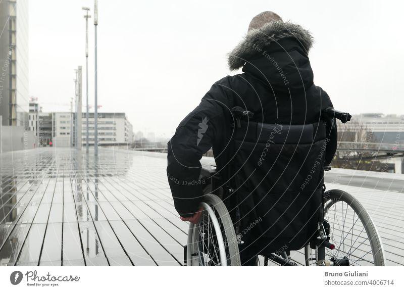 Konzept der behinderten Person. Mann in einem Rollstuhl draußen auf der Straße. deaktiviert querschnittsgelähmt Behinderung Gerät Behinderte Transport Mobilität