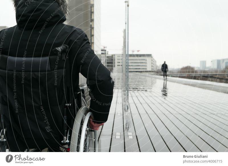Konzept der behinderten Person. Mann in einem Rollstuhl draußen auf der Straße. medizinisch deaktiviert querschnittsgelähmt Behinderung Gerät Behinderte
