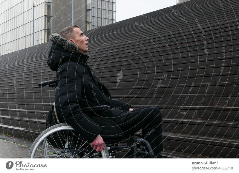 Konzept der behinderten Person. Mann in einem Rollstuhl draußen auf der Straße vor einer Treppe. deaktiviert Behinderung Handicap Behinderte Schwierigkeit Gerät