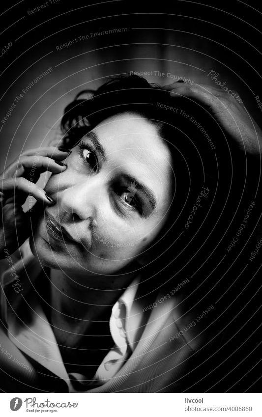 rätselhafte brünette Frau in schwarz und weiß weiblicher Blick Schönheit reif Porträt echte Menschen Lifestyle attraktiv Licht Reife Stein Ring Hand Nägel cool