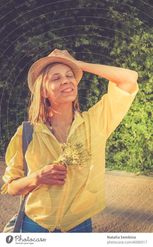 Junges glückliches lächelndes Mädchen steht mit geschlossenen Augen. Getöntes Bild. jung junger Erwachsener Frau 25-29 Jahre genießend Glück Taille hoch