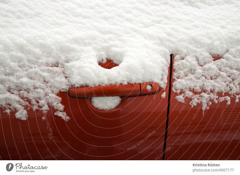 eingeschneite autotür türgriff türschloss verschneit vereist zugefroren schnee frost kalt frostig winter wetter jahreszeit