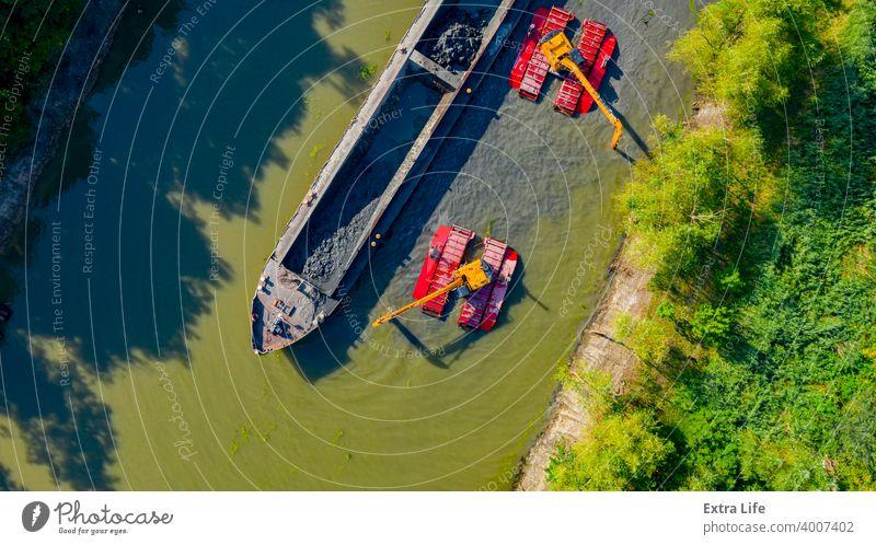 Luftaufnahme des Flusses, der Kanal wird von Baggern ausgebaggert oben Aktivität Antenne Baggerlader Lastkahn Boot Eimer Gebühr Tiefbau Sauberkeit Graben