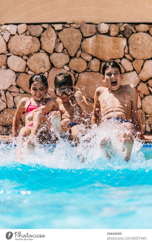 Kinder spritzen Wasser am Beckenrand Aktivität blau Junge Bruder Kaukasier Kindheit niedlich Tag Saum genießen Familie Freunde Spaß starren Fröhlichkeit Glück