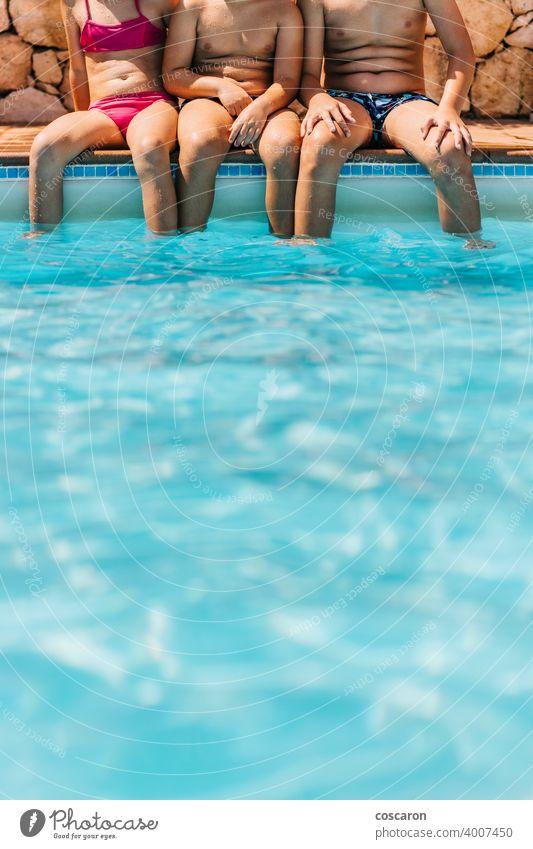 Drei Kinder sitzen am Rande eines Pools aktiv Aktivität Aquapark Baby Schönheit blau Junge Kindheit Kopie Textfreiraum niedlich Saum genießen Familie Fuß