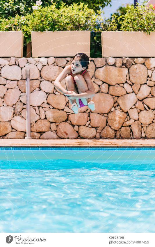 Kleines Kind springt in einen Pool aktiv Aktivität bezaubernd blau Junge hell heiter Kindheit niedlich energetisch Spaß Mädchen Brille gutaussehend Fröhlichkeit