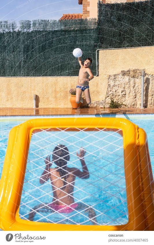 Zwei Kinder spielen mit einem Ball auf einem Pool aktiv Aktivität aquatisch Strand blau Junge Kaukasier Kindheit Energie Familie Spaß Spiel Mädchen Tor Typ