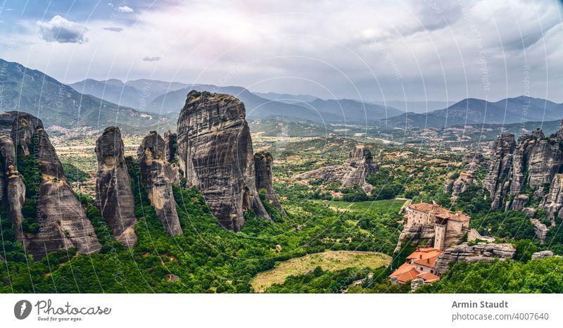Felsformation und Kloster in der Berglandschaft von Meteora, Griechenland Abtei Architektur Anziehungskraft schön Gebäude christian Christentum Kirche Klippe