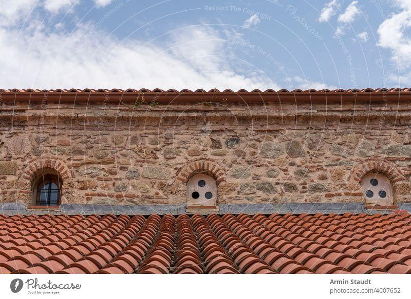 das Dach eines alten Klosters, Griechenland Cloud antik Architektur Gebäude Kapelle Kirche Europa Fassade mediterran Naturstein rot Holzschindel Himmel klein