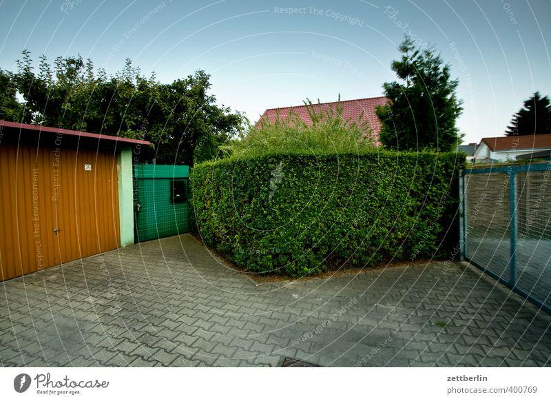 vorstadt Lifestyle Sommer Häusliches Leben Wohnung Haus Garten Pflanze Wetter Schönes Wetter Kleinstadt Stadtrand Einfamilienhaus Platz Architektur Fassade Tür