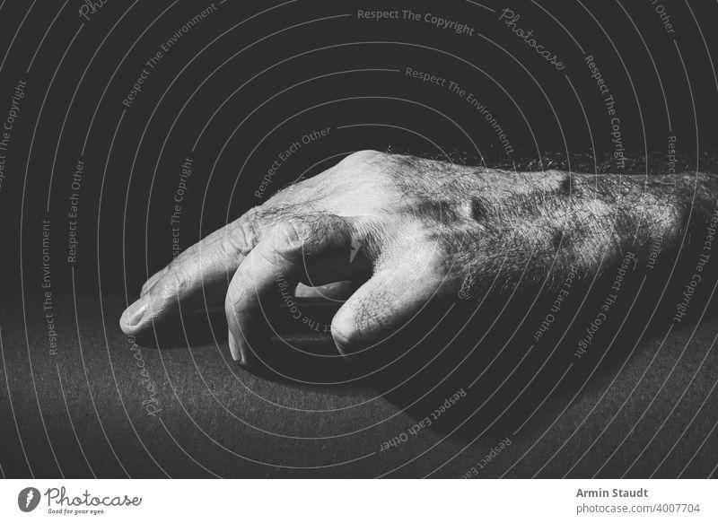 Schwarz-Weiß-Aufnahme einer entspannten Hand abwesend Erwachsener schwarz schwarz auf weiß hell Windstille Nahaufnahme Mitteilung Kontrast dunkel Ausdruck