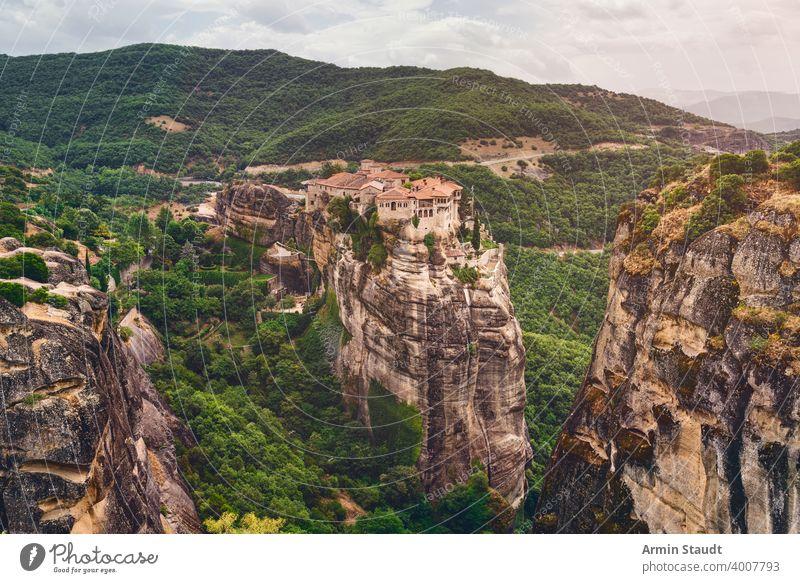 Klöster von Meteora, Griechenland, gebaut auf riesigen Felsen in einer wunderschönen Landschaft Abtei Architektur Anziehungskraft Gebäude christian Christentum