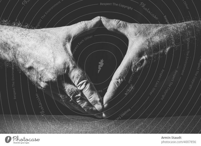 Nahaufnahme von zwei Händen mit dem berühmten Merkel-Diamanten Erwachsener angela schwarz schwarz auf weiß hell Business bw Kontrast dunkel Ausdruck Finger