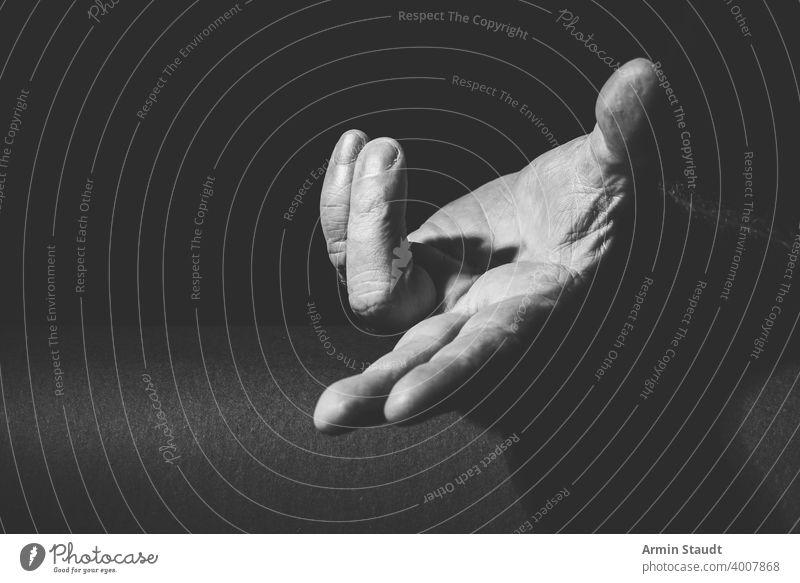 königliche Geste einer Hand, die etwas gewährt Erwachsener schwarz schwarz auf weiß hell bw Windstille klassisch Nahaufnahme Kontrast dunkel Ausdruck Finger