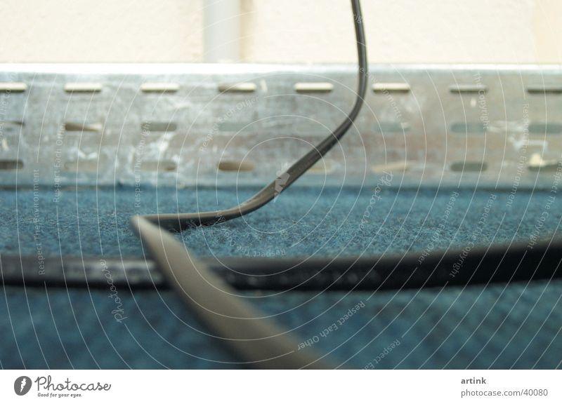 Parallel blau Wand Raum Kabel Teppich