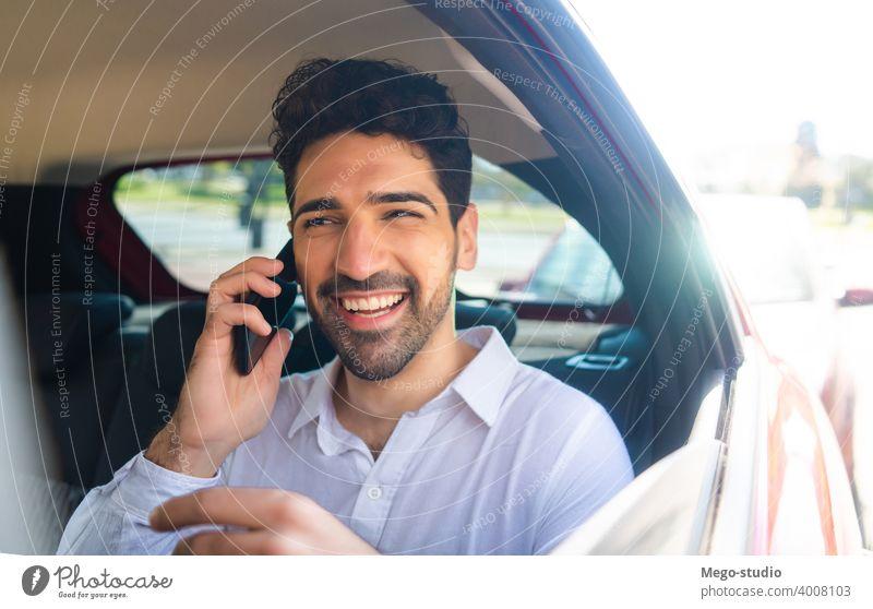 Geschäftsmann spricht am Telefon im Auto. Mann PKW Mobile reden sprechend Taxi Transport Kabine männlich eine Porträt Erwachsener professionell zur Arbeit gehen