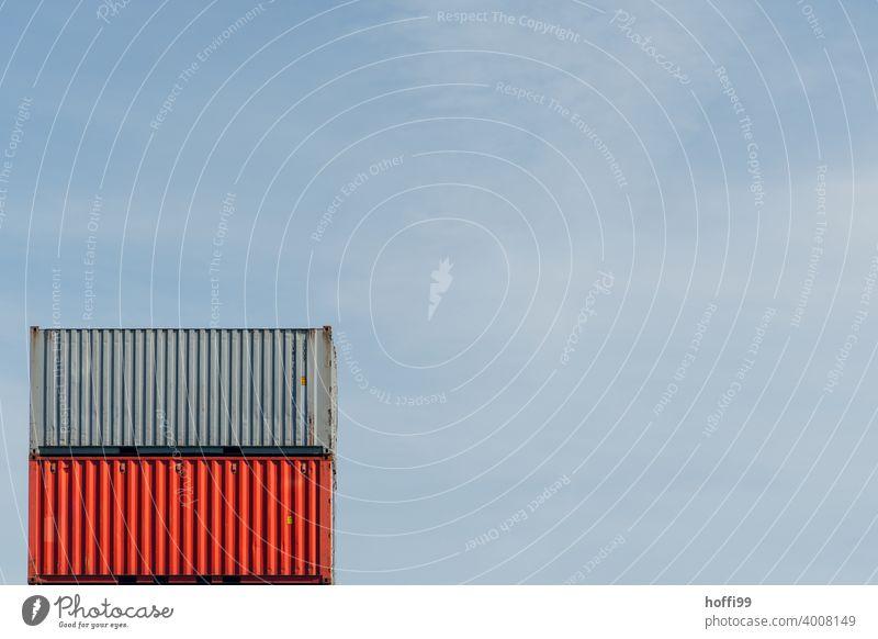 Container in rot und grau übereinander Containerterminal Containerverladung roter Container roter Behälter minimalistisch Containerschiff Hafen logistik Kran