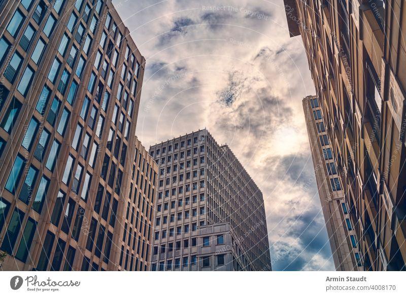 Berliner Wolkenkratzer am Abend mit Wolkenlandschaft Architektur Hintergrund Gebäude Business Business District Großstadt Stadtbild Revier Stadtzentrum Anwesen