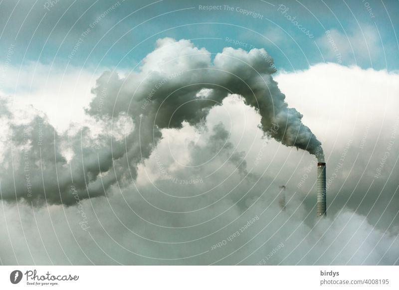 rauchender Industrieschornstein. In Abgasen verhüllte Industrielandschaft. Luftverschmutzung industrieabgase Qualm Schornstein CO2 Smog Emission