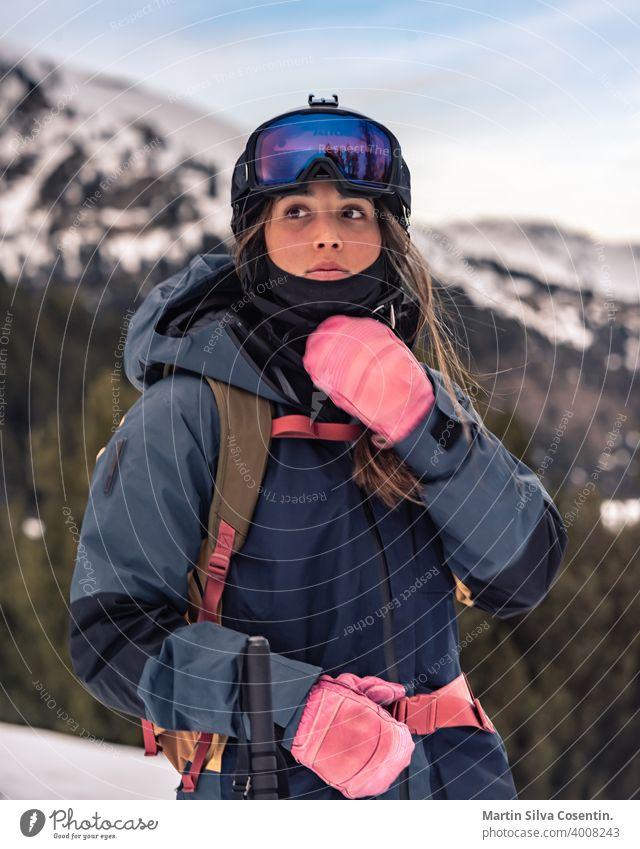 Junge Skifahrerin mit ihren Off-Piste-Skiern im Winter an einem sonnigen Tag Aktion aktiv Beweglichkeit Air Bekleidung kalt konkurrierend Konkurrenz cool