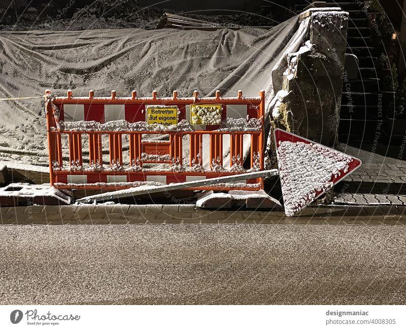 Eingeschneite Baustelle. Da lang! baustellenschild Baustellenzaun Betreten verboten betreten auf eigene gefahr gelbes schild Schilder & Markierungen