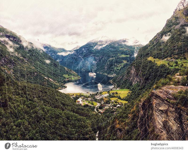 Dicke Pötte, kleiner Fjord Norwegen Norwegenurlaub Fjorde Kreuzfahrt Kreuzfahrtschiff Kreuzfahrtsschiff Kreuzfahrschiffe Berge u. Gebirge Landschaft