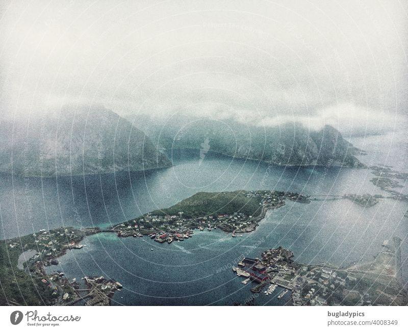 Skandinavische Aussicht und Draufsicht mit Wolken Lofoten Lofoten Inseln Norwegen Skandinavien Meer Landschaft Ferien & Urlaub & Reisen Reisefotografie