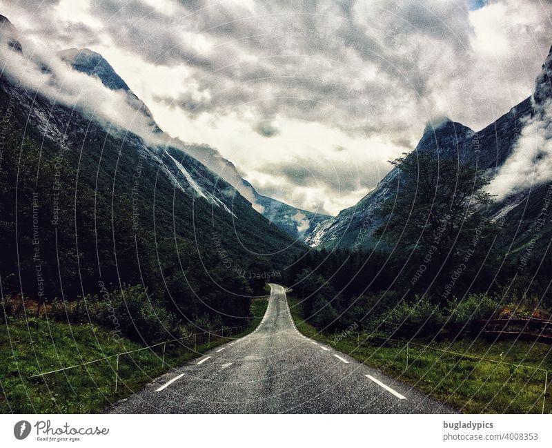 Straße in die Wolken Wildnis Berge u. Gebirge Berge im Hintergrund Berge und Gebirge wolkig wolkiger himmel grün felsig reisen roadtrip Tourismus Landschaft