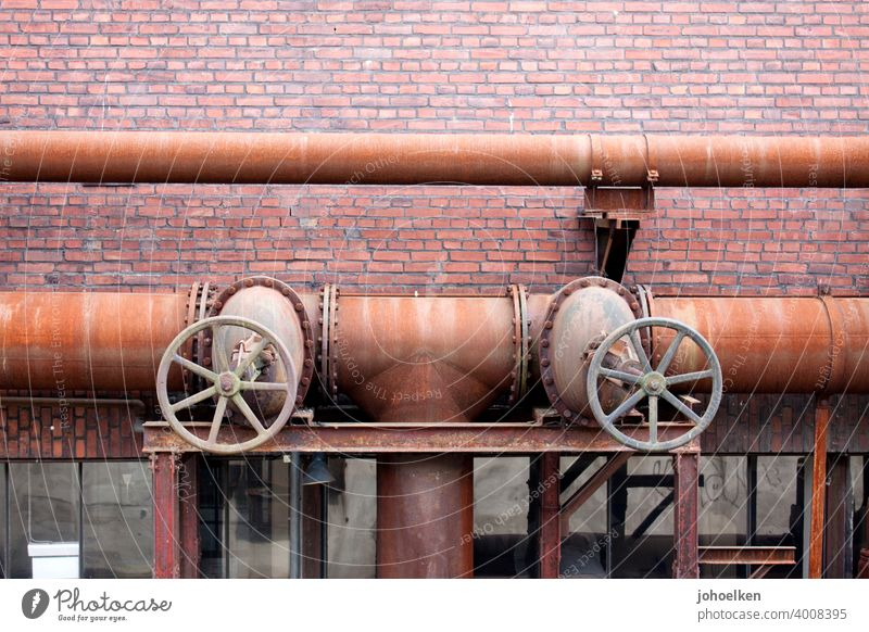 Ventilräder und Rohre Stahl Rost orange Verfall Ruine fest geradlinig Metall Metallteil verfallen Industrieanlage ungepflegt verrostet festgerostet Ventile