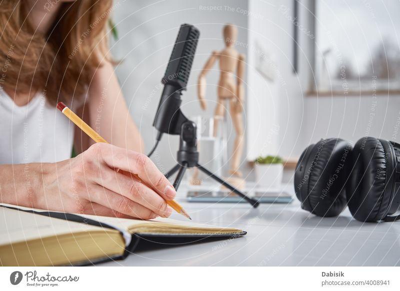 Frau nimmt Online-Podcast zu Hause auf, Podcasting-Konzept Aufzeichnen online Mikrofon Atelier Radio Blogger Rundfunksendung Ausstrahlung Medien professionell