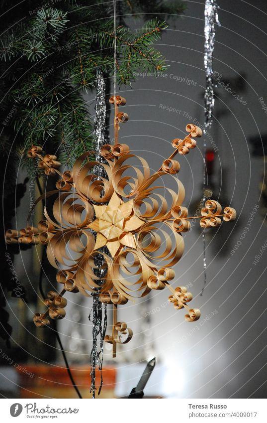 Traditioneller handgefertigter Weihnachtsschmuck aus Stroh Strohstern Weihnachtsbaum Saison Dekor dekorativ golden Muster Ornament Weihnachten & Advent Winter