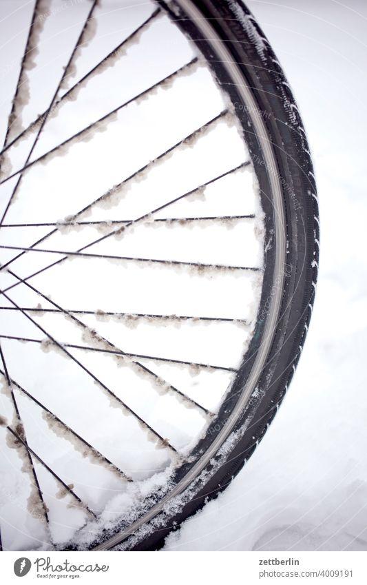 Vorderrad im Schnee schnee neuschnee schneefall winter winterferien fahrrad vorderrad speichen felge fahrad fahren winterreifen behinderung glatt gefahr