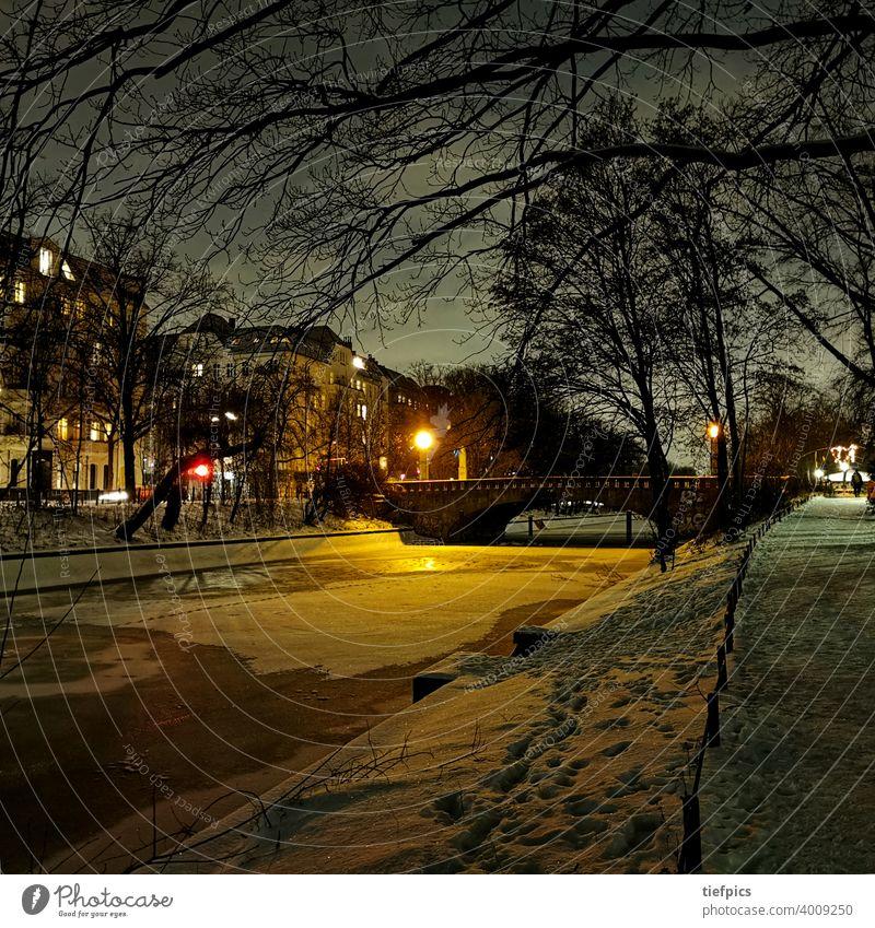 Berliner Landwehrkanal im Winter Thielenbrücke Brücke Nacht Schnee Nachtaufnahme Eis Kreuzberg Neukölln Einsamkeit stumm Grossstadtromantik Sperrung