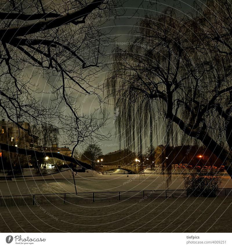 Berlin im Winter - Blick auf Treptow Nacht Schnee Brücke lohmühlenbrücke Dreieck Bäume Einsamkeit Sperrung Nachtaufnahme Eis gefroren Landwehrkanal Kreuzberg