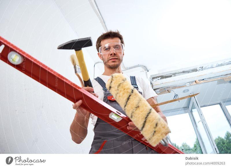 Builder Mann mit Bauwerkzeugen. Reparatur Konzept Renovierung Werkzeug Instrument Gerät Heimwerker Schutz Bauherr Konstruktion männlich Arbeiter schützend