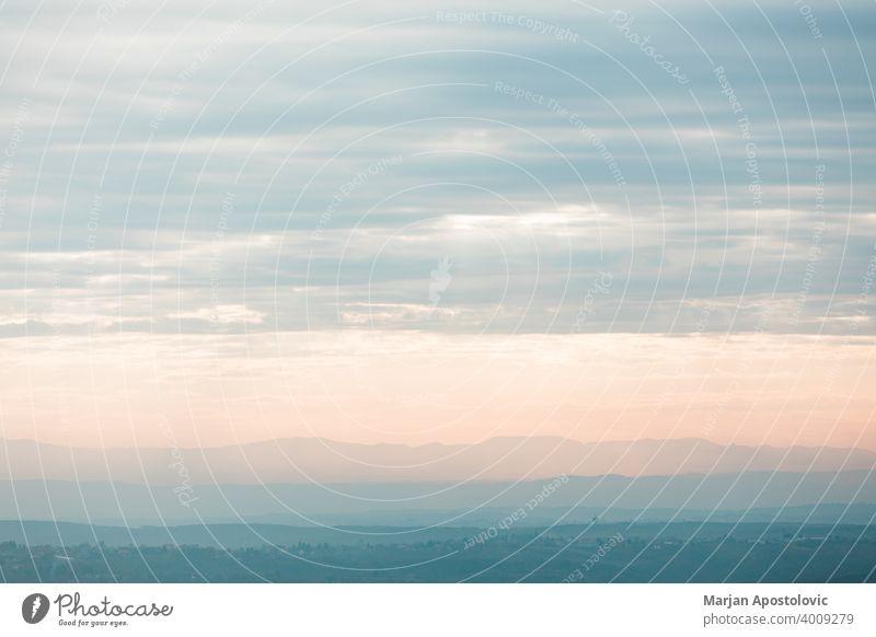Blick auf die schöne Wolkenlandschaft im Sonnenuntergang Abenteuer Herbst Hintergrund blau hell Cloud wolkig Morgendämmerung Abenddämmerung Umwelt Europa