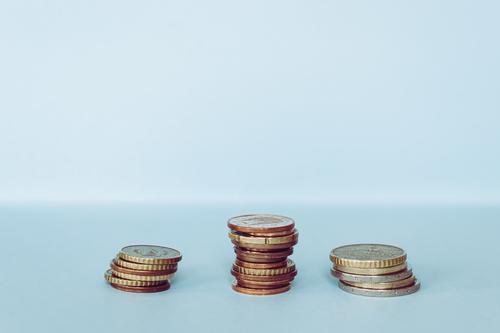 Euro-Münzen sind gestapelt, blauer Hintergrund Zählen bezahlen Gehalt Wechseln Zahltag Einkommen Wirtschaft Stapel Europäer Metall Konzept Gewerbe Finanzen Geld