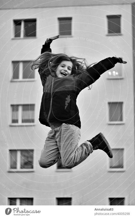 Freudensprünge springen hüpfen Mädchen Winter kalt hoch Schwarzweißfoto langhaarig Kind Kindheit Vorfreude Tanzen Glück glücklich yeah Luftsprung
