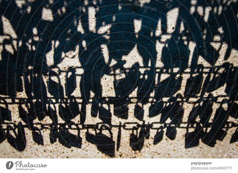 Schatten Liebesschlösser Schlösser Farbfoto Schloss Nahaufnahme Schlüssel Detailaufnahme Sicherheit Brücke Menschenleer Metall Zentralperspektive Außenaufnahme