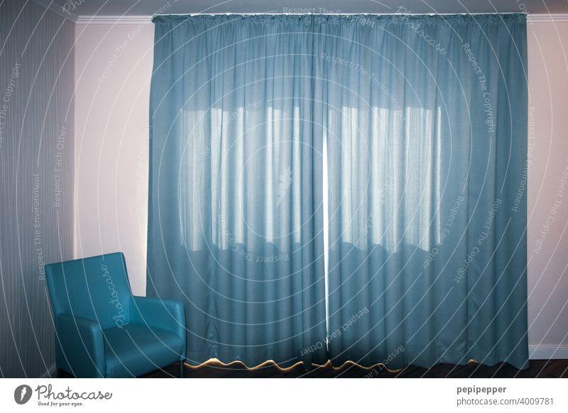 Hotelzimmer mit blauen Vorhängen und blauem Sofa Ferien & Urlaub & Reisen Tourismus Raum Licht Schlafzimmer Vorhang Vorhang zu Vorhangstoff Farbfoto