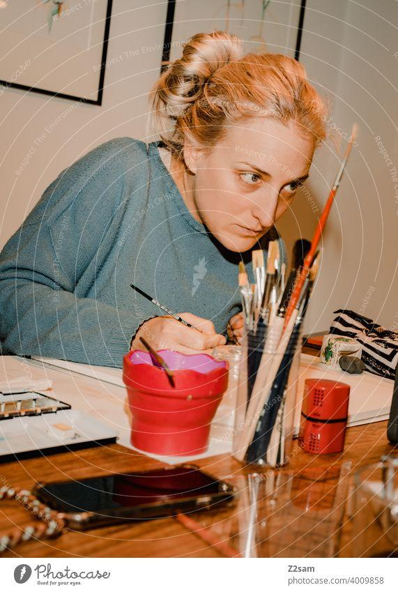 Illustratorin bei der Arbeit kunst künstler malen zeichnen atelier farben arbeiten kreativität Kunst Künstler Freizeit & Hobby Farbfoto mehrfarbig Gemälde