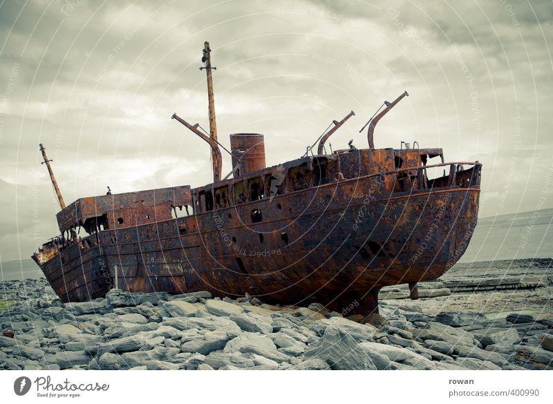 schiffswrack Schifffahrt Bootsfahrt Dampfschiff Fischerboot Motorboot Wasserfahrzeug bedrohlich dunkel gruselig kaputt Angst Endzeitstimmung Umweltverschmutzung