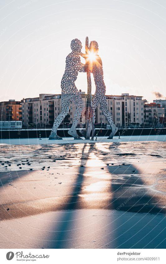 Molecule Man im Winter mit Spree Mauer Wand trendy Licht Tag Textfreiraum Mitte Außenaufnahme Experiment Textfreiraum oben Berlin Farbfoto Himmel (Jenseits)