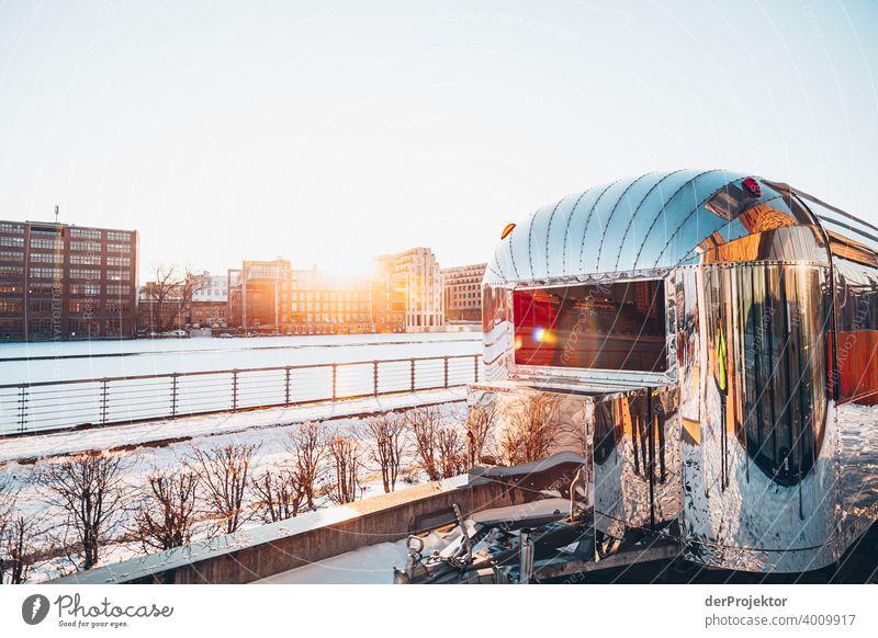 Anhänger im Winter mit Spree im Gegenlicht Mauer Wand trendy Licht Tag Textfreiraum Mitte Außenaufnahme Experiment Textfreiraum oben Berlin Farbfoto