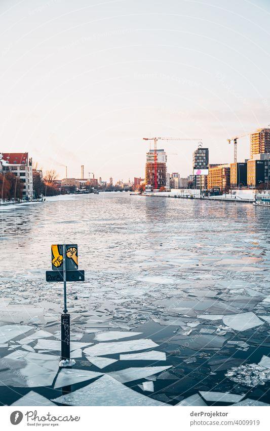 Sonnenuntergang mit Schollen und Graffito im Winter mit Spree Mauer Wand trendy Licht Tag Textfreiraum Mitte Außenaufnahme Experiment Textfreiraum oben Berlin