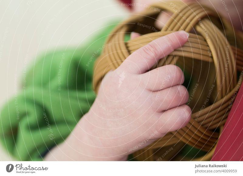 Babyhand mit Spielzeug Spielen Kindheit klein Kleinkind Mensch Kindergarten Kinderbetreuung niedlich mehrfarbig Fürsorge 1 Bildung Glück Junge süß weich