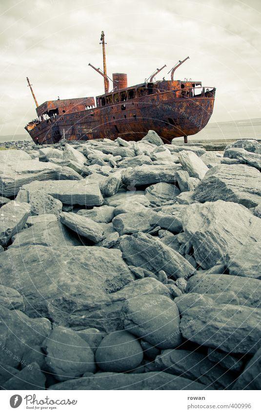 schiffswrack 3 alt Stein Wasserfahrzeug kaputt bedrohlich Vergänglichkeit Verfall gruselig Rost Schifffahrt mystisch untergehen Fischerboot Bootsfahrt Schrott