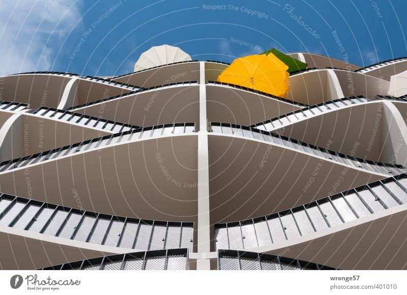 Stadtoase II Himmel blau weiß Sommer Sonne Haus gelb Architektur Gebäude Deutschland modern Europa Balkon Wohnhaus Sonnenschirm